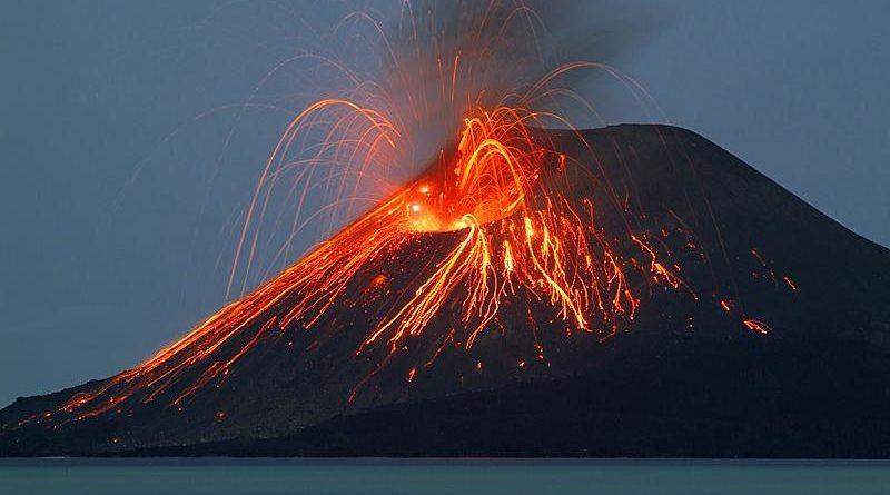 Forte eruzione dello Stromboli in atto. Gente in fuga in mare!