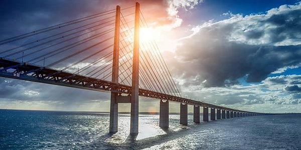 Il Ponte di Øresund, il più lungo ponte sospeso d'Europa che sprofonda nelle acque